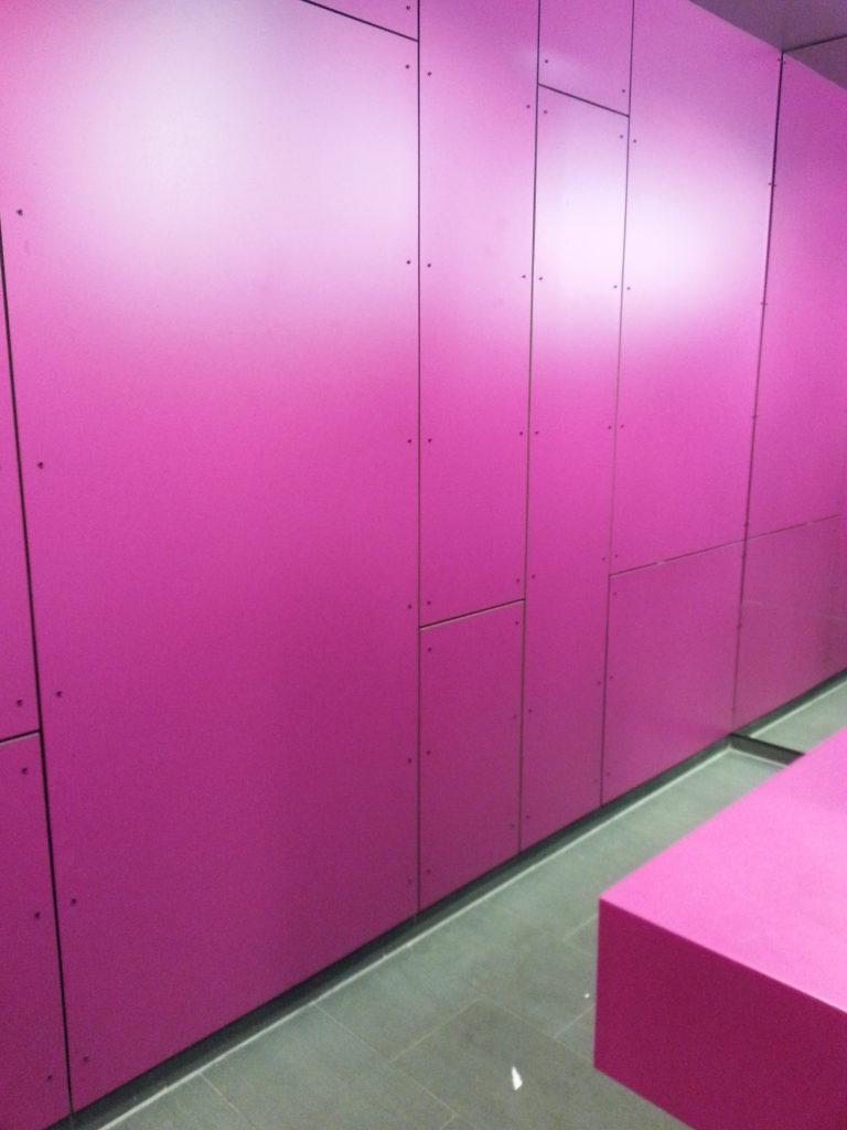 Inspiraatiota Oulusta: rohkea pinkki roihuaa yllättäen wc:ssä.