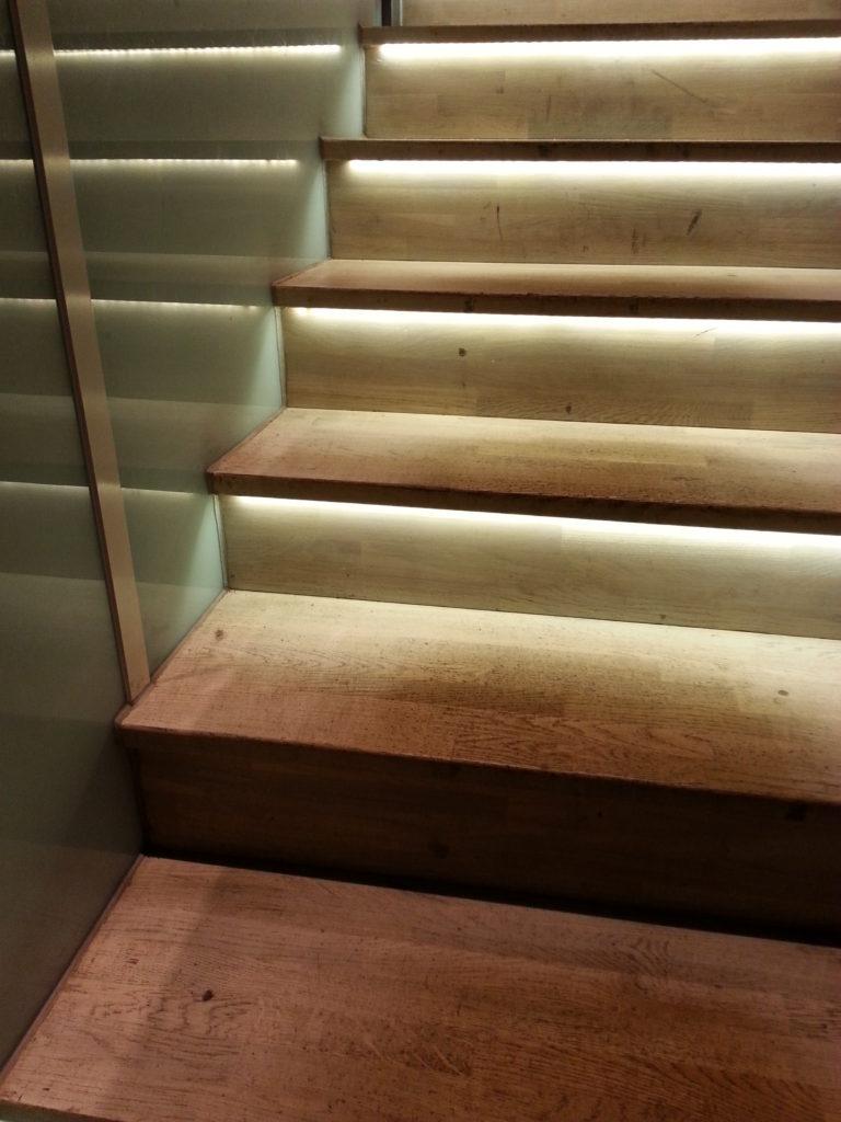Inspiraatiota Oulusta: kauniisti valaistut askelmat tuovat tilaan epäsuoraa valaistusta.