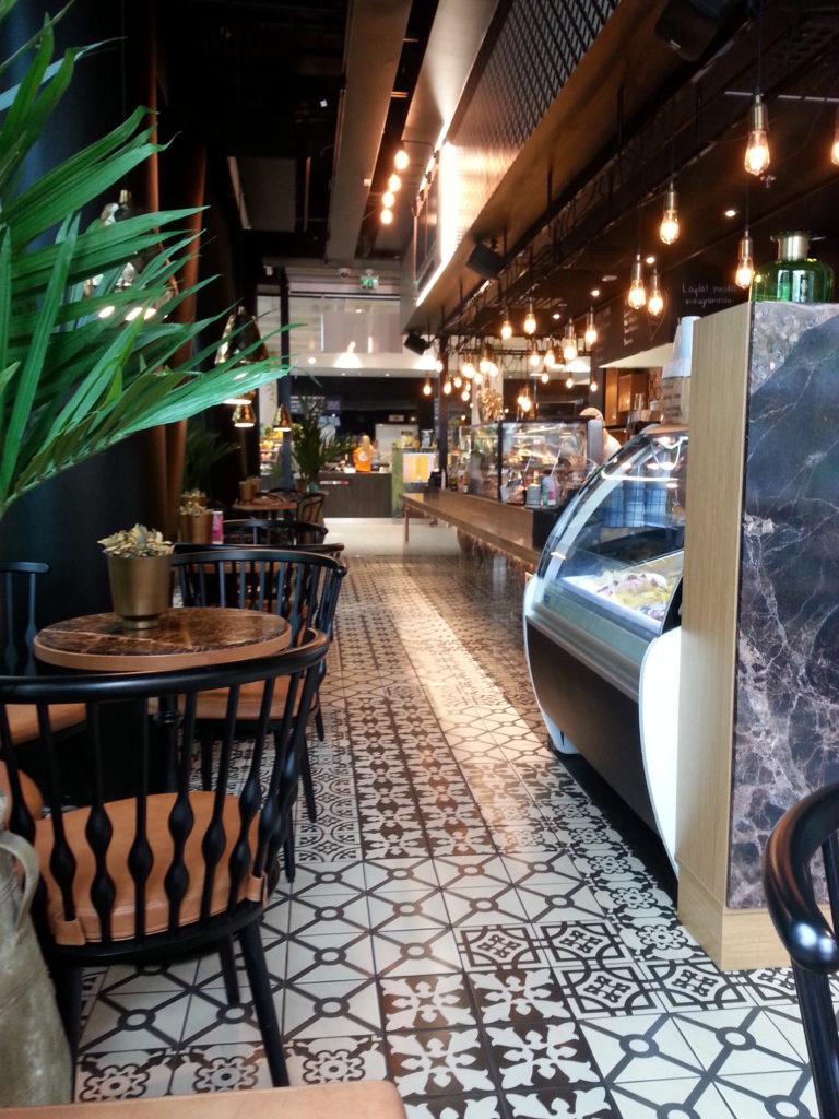 Inspiraatiota Oulusta: kahvilan sisustus on kutkuttavan mielenkiintoinen ja trendikäs.