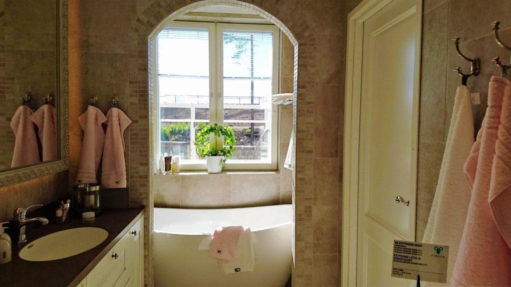 Sisustusinspiraatiota asuntomessuilta: Pesuhuoneisiin kaivataan kylpylämäistä tunnelmaa ja yleellisyyttä