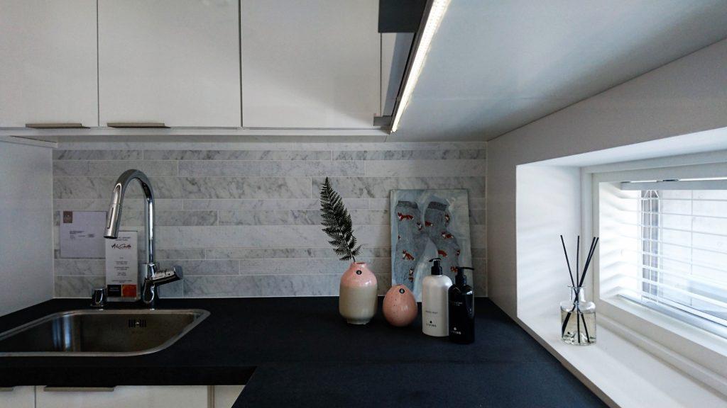 Sisustusinspiraatiota asuntomessuilta: Asetelmallisuus koriste-esineissä on vallitseva trendi