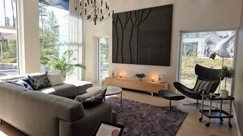 Sisustusinspiraatiota asuntomessuilta: Korkeissa ja suurissa huoneissa on hyvä huomioida myös akustiikka