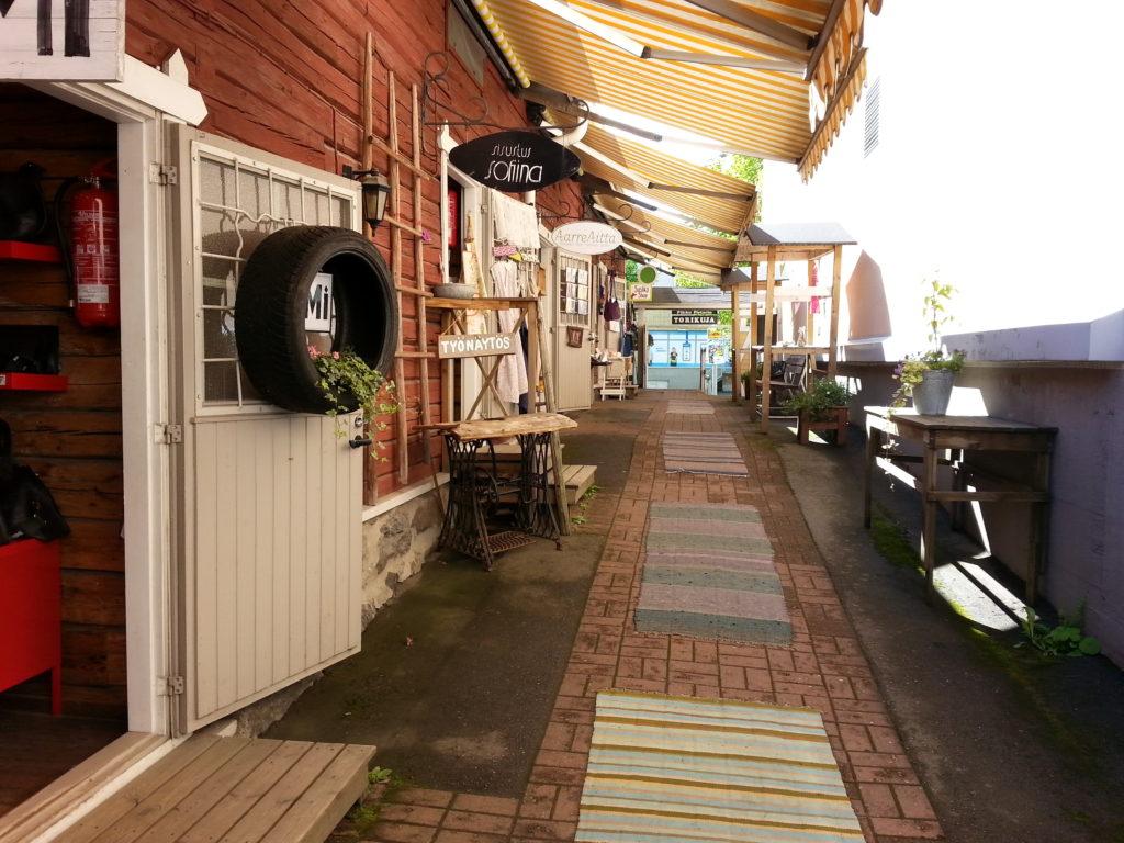 Torikuja on täynnä tunnelmaa ja somia putiikkeja. Tutustumaan torikujaan pääsee kesäisin sekä ennen joulua Kuopiossa.