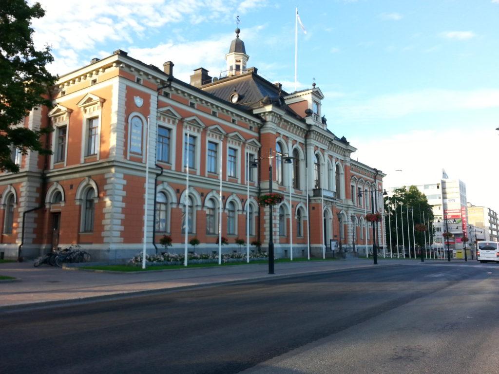Juhlava kaupungintalo torin vierellä on vaikuttava näky ja edustaa tyyliltään uusrenessanssia.