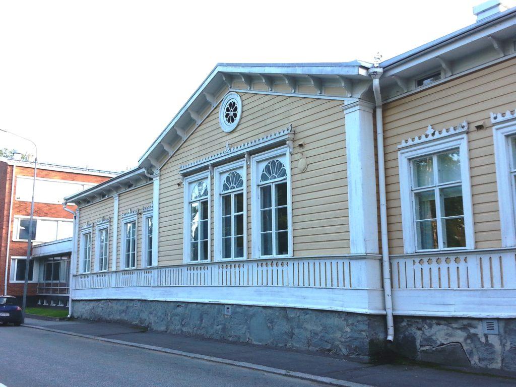Vanhan puutalon ikkunoita on korostettu upeilla yksityiskohdilla.