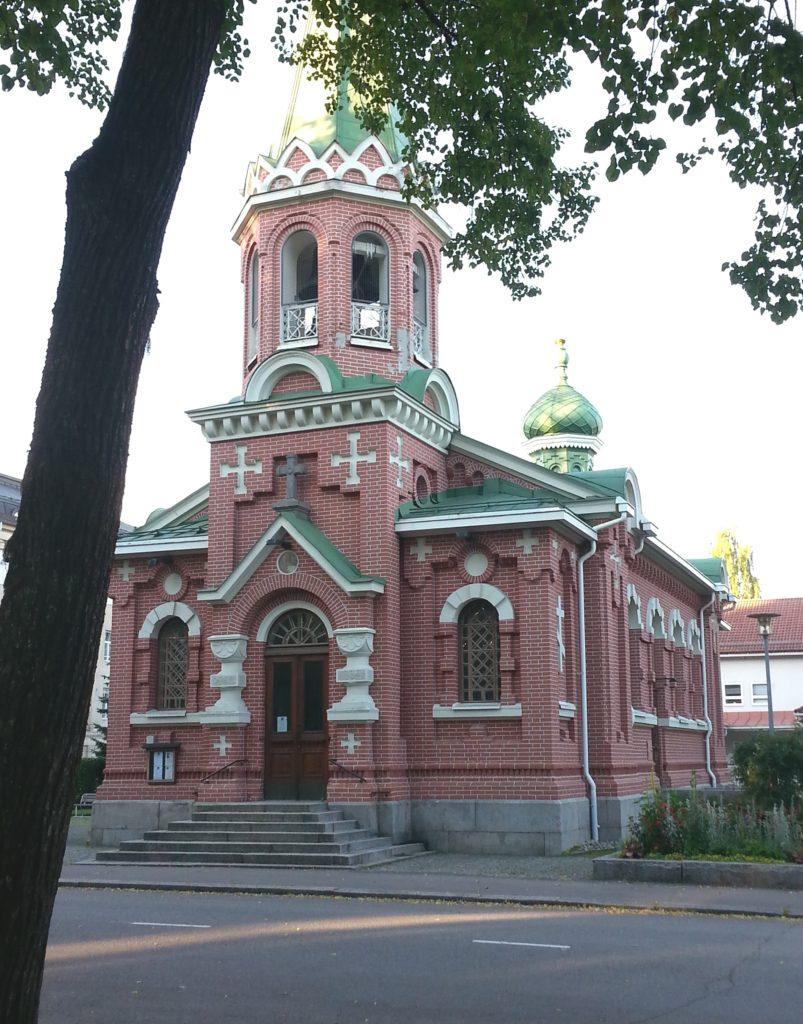 Kirkon yksityiskohdat raikastavat tiilirakennusta.