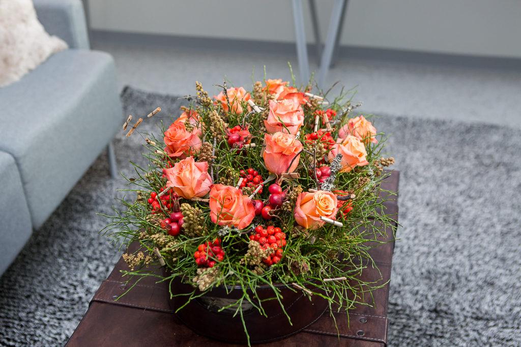 Kuninkaalliset Oulussa: Kempeleen floristiopiskelijoiden taidonnäytteitä OYS TestLabissa