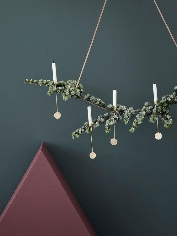 Jouluvalot: jos joulukuusi ei ole sinun juttu, voit ripustaa oksan ja lisätä siihen muutaman koristeen ja kynttilän.