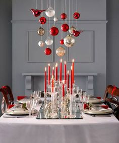 Jouluaatto: Katosta roikkuvat koristeet luovat lisätunnelmaa.