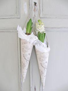 Jouluiset kukat: Ihanat paperitötteröt ovat hieman erilainen tapa kukkien esillepanoon.