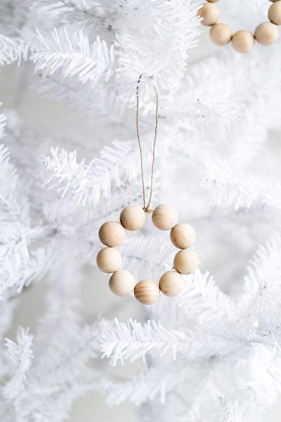 Kuusen koristeet, helppo helmikoriste syntyy puuhelmistä ja rautalangasta.
