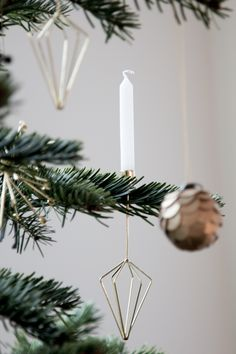 Jouluvalot: perinteiset kynttilät ovat kauniit ja tunnelmalliset.