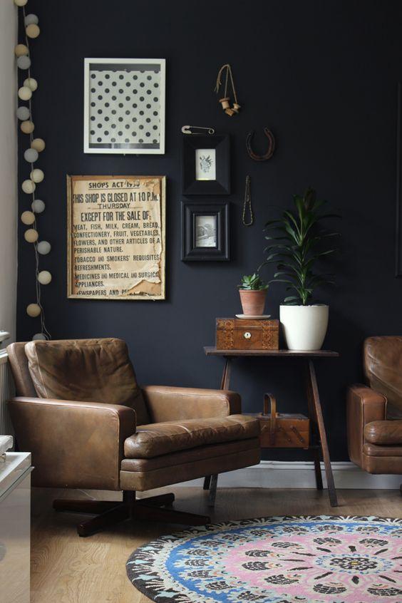 Sisustusvinkit: Seinällekin kannattaa luoda eräänlainen asetelma, yhdistele siinä erilaisia ja erikokoisia tauluja ja esineitä.