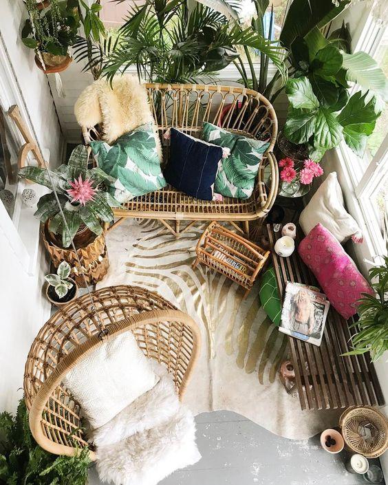 Parvekkeen ja terassin trendit kesään: luonnonmateriaalit näkyvät myös kalusteissa, rottinki ja bambu ovat hyvin suosittuja materiaaleja.