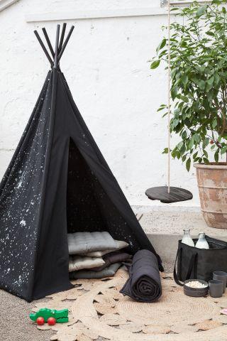 Terassikalusteet: pieni teltta tarjoaa mukavasti varjoa auringon paahteella.