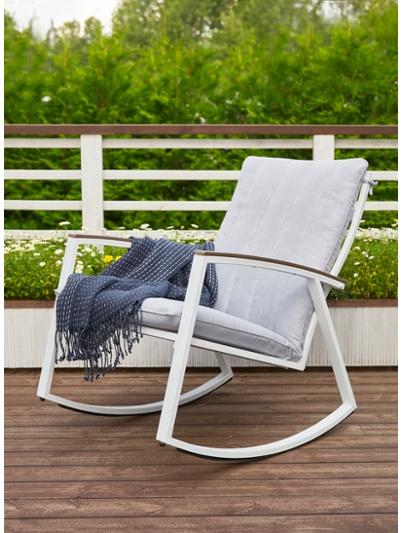 Terassikalusteet: pieni keinuva istuin on täydellinen terassikaluste.