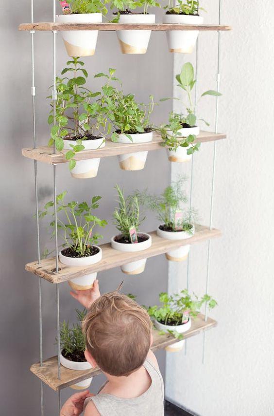Parvekkeen ja pihan trendit kesään: hyötykasvien kasvattaminen voi olla koko perheen yhteinen projekti.