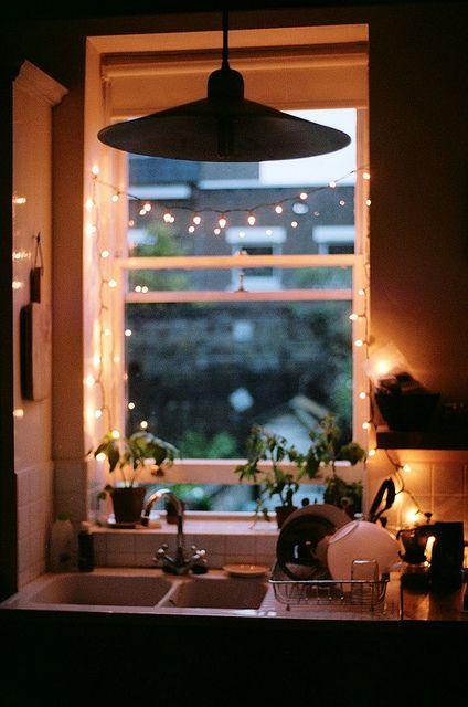 Valaistus: tunnelmaa voi luoda arkisenkin tiskauksen lomaan valosarjan avulla.