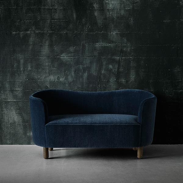 Sisustamisen trendit: Muhkea kaarevaselkäinen sohva. Kuva: By Lassen