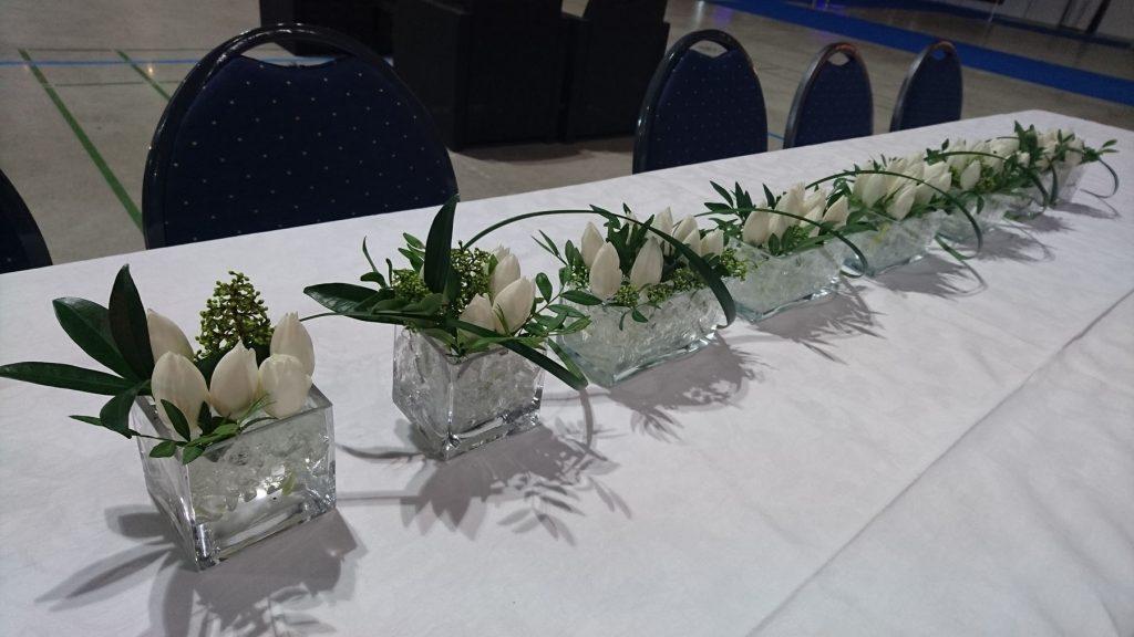 Floristiopiskelijoiden kaunis asetelma
